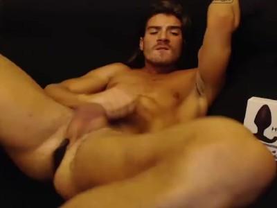 Seggében a vibrátorral együtt élvezett a hasára a gay férfi