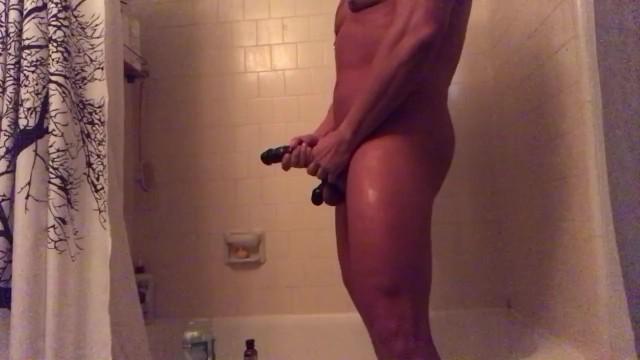Meleg srác a zuhany alatt verte ki a nagy farkát