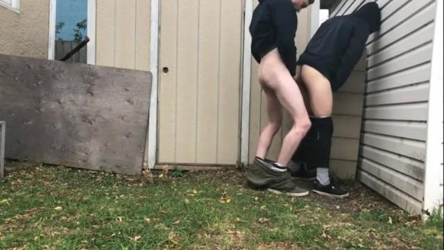 Prossimo recinzione con giardino posteriore di sesso gay ragazzi
