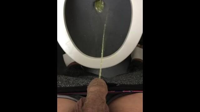 Videóra vette ahogyan belehugyozott a wécébe