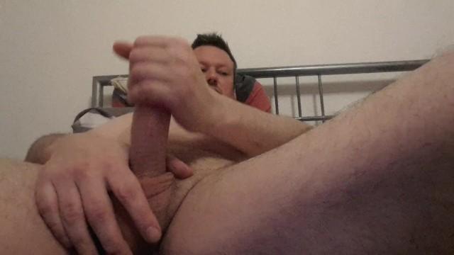 Mattina di lavoro a mano nel letto, fat daddy masturba il suo cazzo