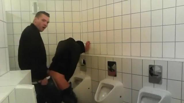 Pubblico wécében a scopare gay partner di un ragazzo gay