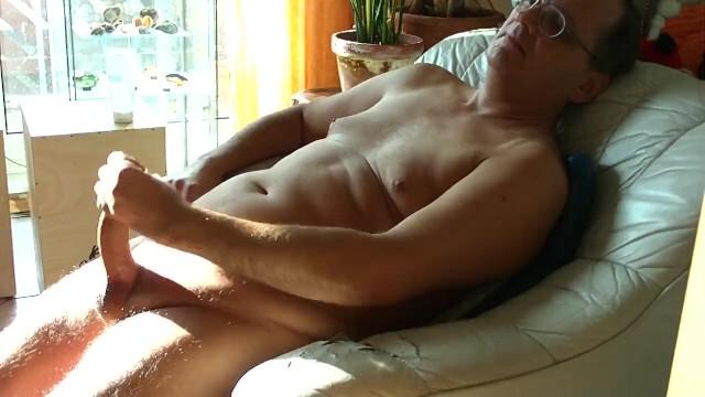 Középkorú meleg apuka az ablak előtt verte ki a farkát