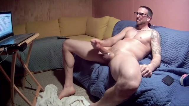 Tatuato ragazzo muscoloso si masturba il suo cazzo