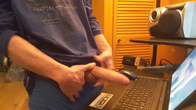 Fronte di un computer masturbandosi il suo cazzo