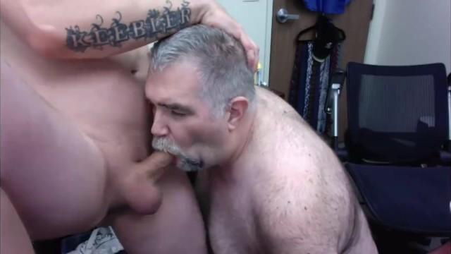 Két felnőtt apuka leszopja egymás farkát