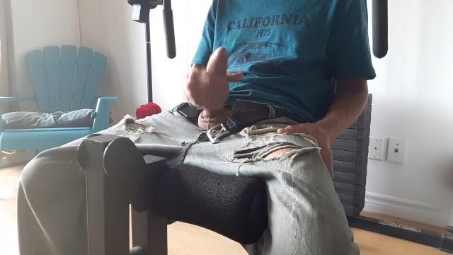 Széken ülve maszturbál a fiatal nagy farkú tini